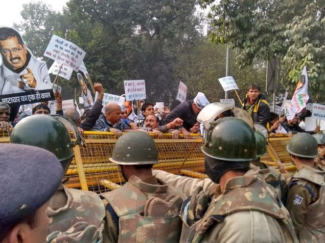 AAP workers protest outside Arun Jaitley's residence, urges for his resignation