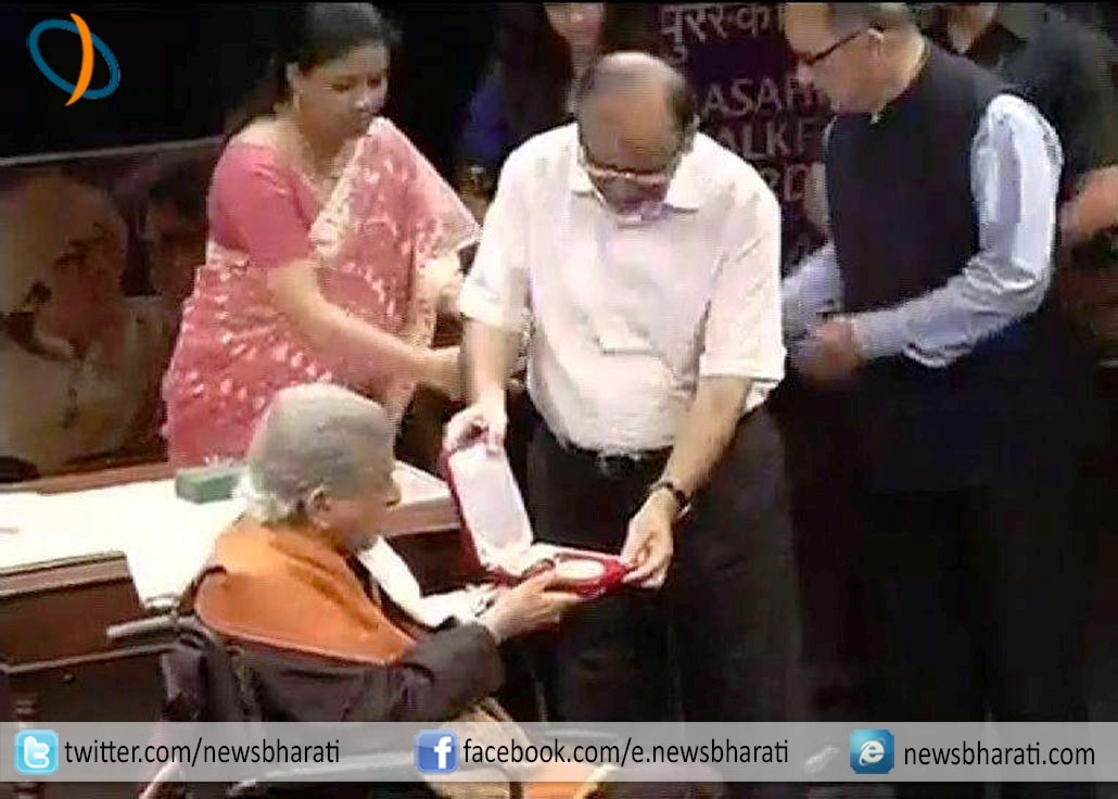'Eternal Chocolate Hero' Shashi Kapoor receives prestigious Dadasaheb Phalke Award