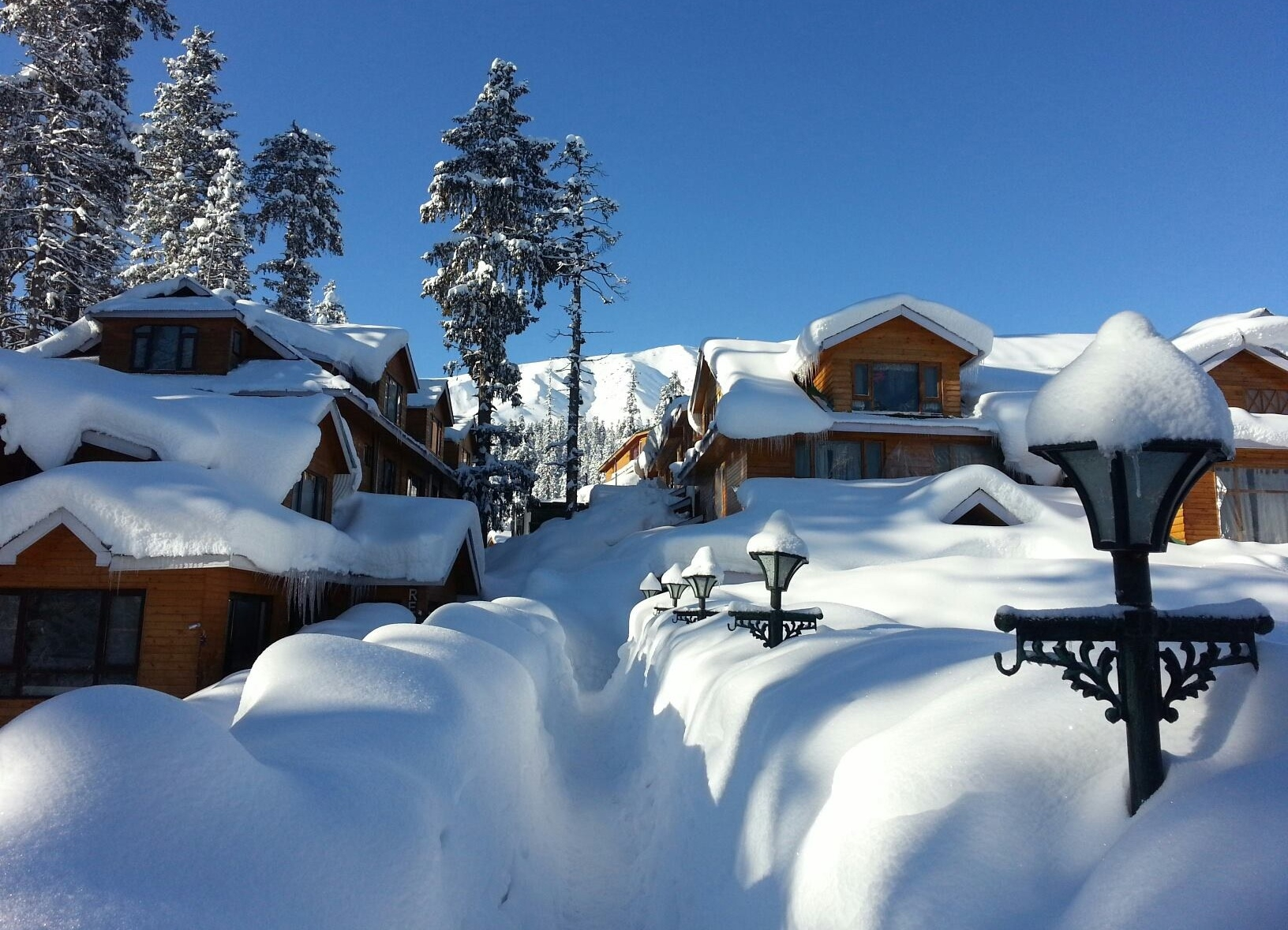 J&K lifeline on standstill as 21 inch snowfall sweeps the state; Gulmarg the coldest
