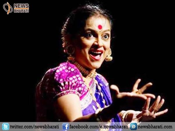 Legendary Marathi artist Ashwini Ekbote bids goodbye while performing