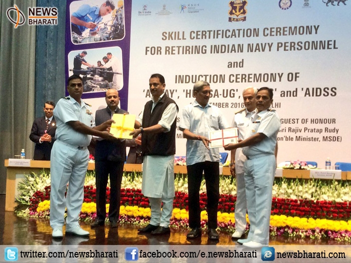 Defense Minister honors retiring naval sailors with skill certificates