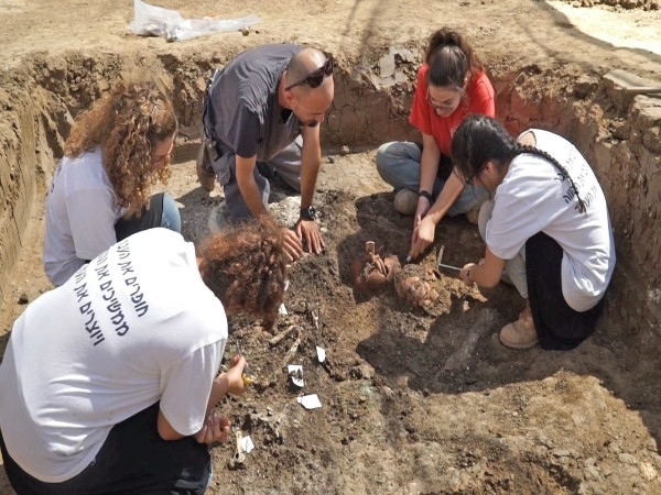 4000 year old Bronze Age pottery jug found during an excavation in Israel
