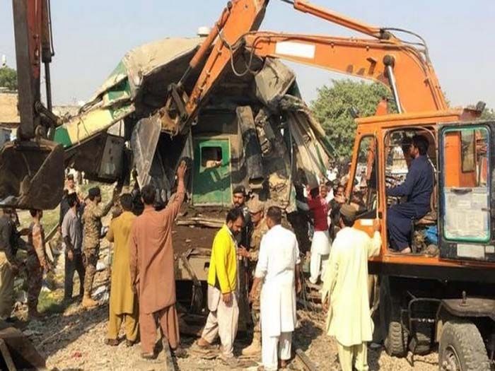 Two trains collide in Pakistan killing at least 17 passengers