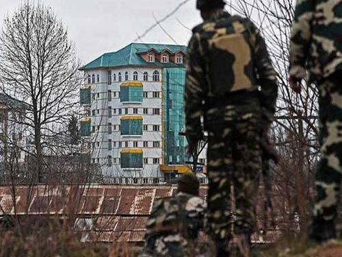 पंपोर मुठभेड़: आतंकियों के विरुद्ध सेना का अभियान जारी; शहीदों जवानों को दी गयी श्रद्धांजलि