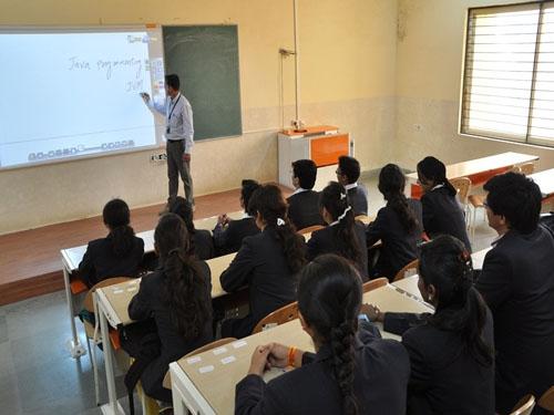 सीबीएसई ने 10वीं कक्षा में बोर्ड परीक्षाओं को किया अनिवार्य, शैक्षणिक सत्र 2017-18 से लागू