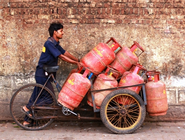 Income Tax dept to share the information of taxpayers whose annual income exceeds Rs.10 Lakh to monitor LPG subsidy