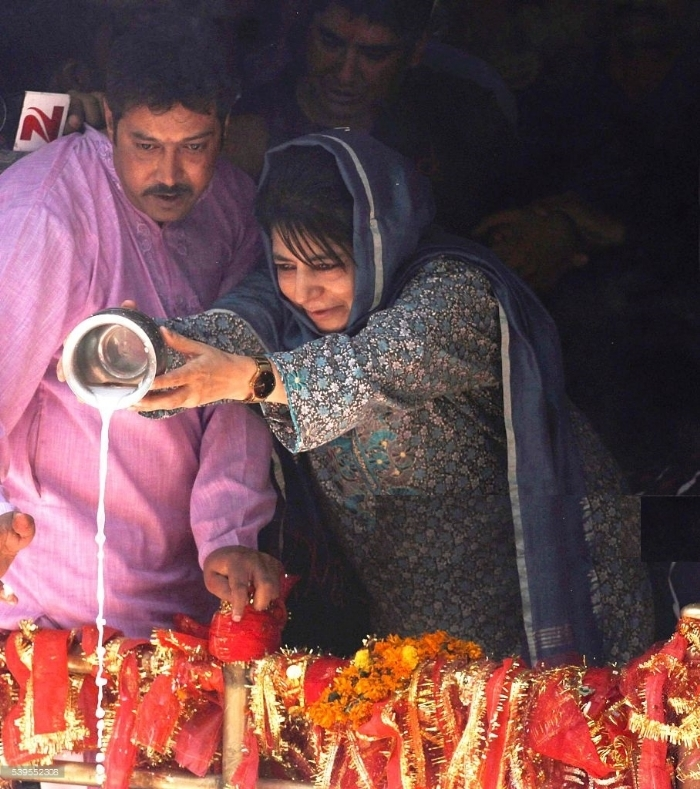Hundreds of Hindus perform puja at Kheer Bhawani temple in Kashmir