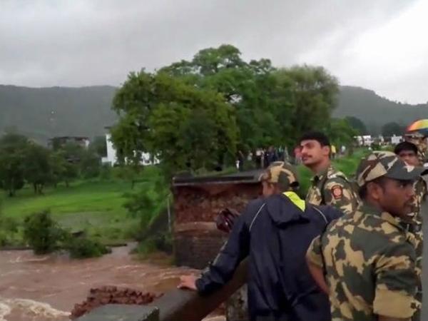 Bridge on Savitri river collapses on Mumbai-Goa highway; 22 people, 2 buses reported missing