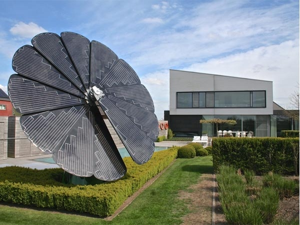 Innovative 'Smartflower Solar' technology tracks sunlight to generate 40% more energy