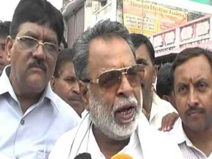 Akhilesh sacks Mulayam-loyalist minister