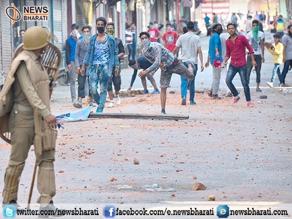 Stone pelters storm heavily on Army op near Shopian