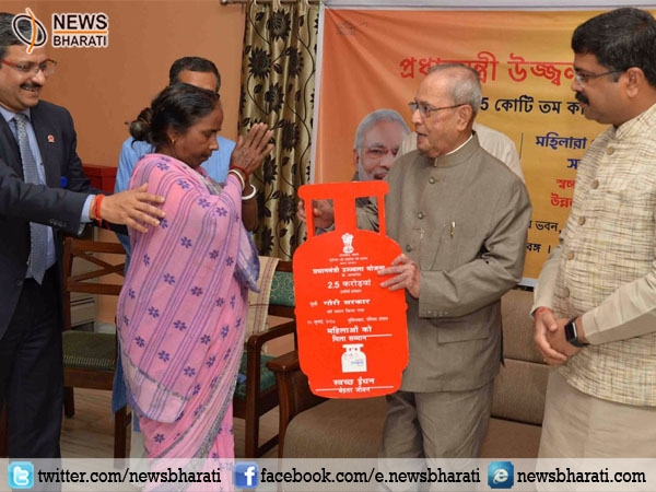 Prez Mukherjee distributes LPG connection under #PMUY; number of beneficiaries reaches 2.5 Cr